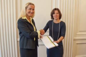 Cecilia överlämnar Försvarsberedningens rapport till försvarsminister Karin Enström